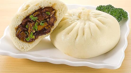 包子是我们中国的传统早餐了,不管是在那个地方,早餐是看看那包子铺,绝对是人多的不行;尤其是对于上班族来说,早餐吃包子真的是又方便又省事,并且包子口感柔软,对于早晨的胃来说也不错的选择。   包子里面的馅可以根据个人的口味进行配置,可供选择的馅料有很多,比如肉包、猪肉大葱馅的、芝麻馅、梅干菜肉馅、香菇青菜等等随意配置。    学习做包子首先是要学习怎么把包子皮做的好吃,第一步是要学会发面。   1、用温水把酵母融化好,可以适量的加一点糖;   2、然后把酵母水慢慢倒入面粉中搅拌成棉絮状,揉成光滑的面团;